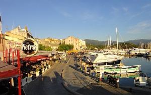 herrliche kleine Hafenpromenade